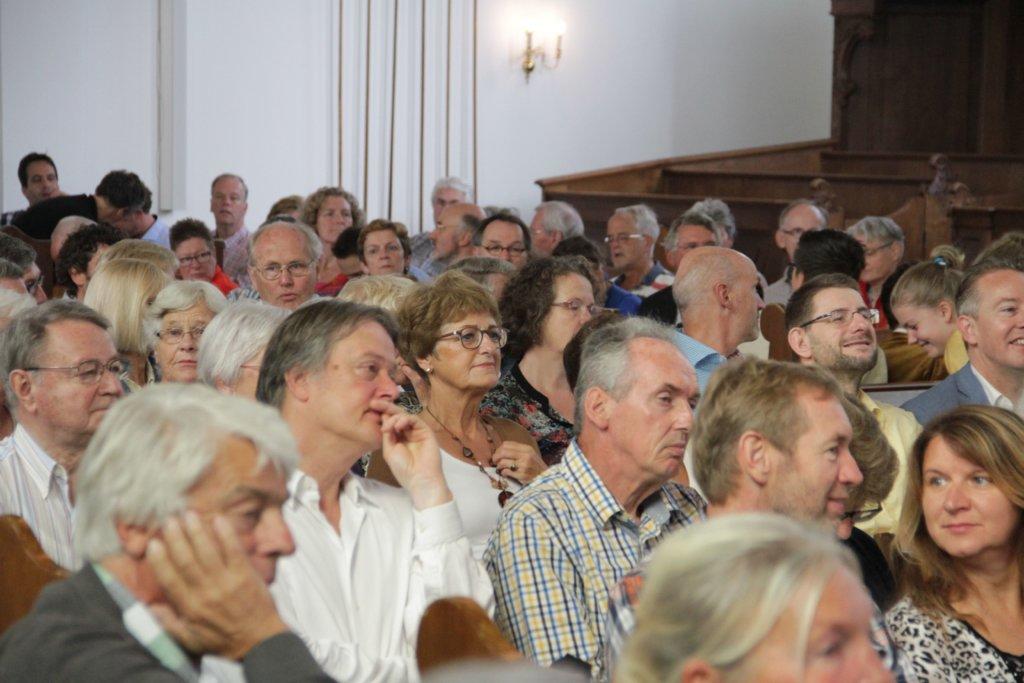 Aandachtig publiek in H.I. Ambacht
